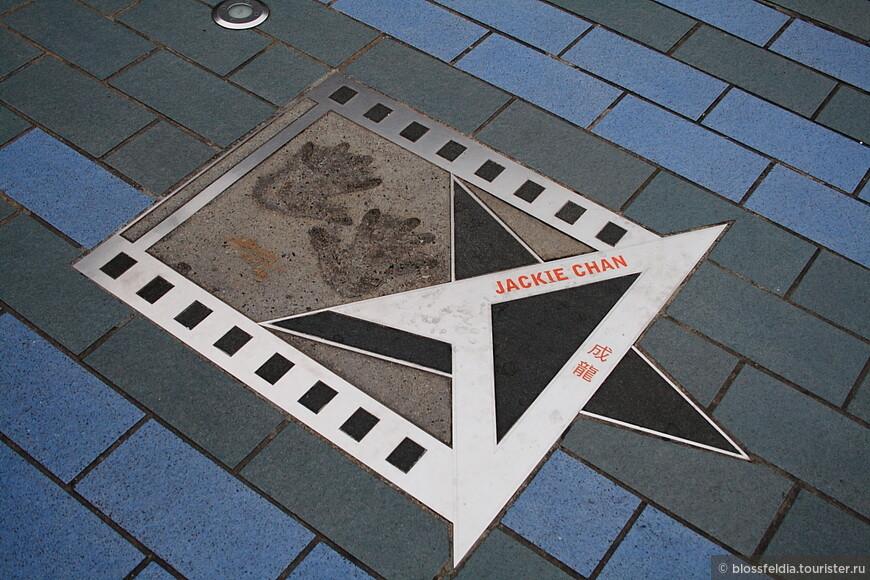 Аллея звезд. «Вочес, копи родекс, плиз мэм»… «Экскьюз ми, мэм, копи ролекс…» Таков район Tsim Sha Tsui (произносится примерно как Чим Са Чуй). Пирс Стар Ферри, Аллея звезд, огромный променад, местный Биг Бэн, оставшийся от английского вокзала, масса музеев и огромных торговых центров, очень дешевых гестхаусов  и очень дорогих отелей, среди которых «Пениньсьюла», в который люди прилетают на вертолетах, толпы индусов и дорого, но странно одетых японцев, наводнивших Гонконг на Новый год. Здесь можно остаться наедине с собой в тихом китайском садике за стеной парка, смотря на распустившиеся лотосы, или продираться сквозь толпу людей с огромными сумками после шопинга. Это Коулун – туристический Гонконг, современный город.
