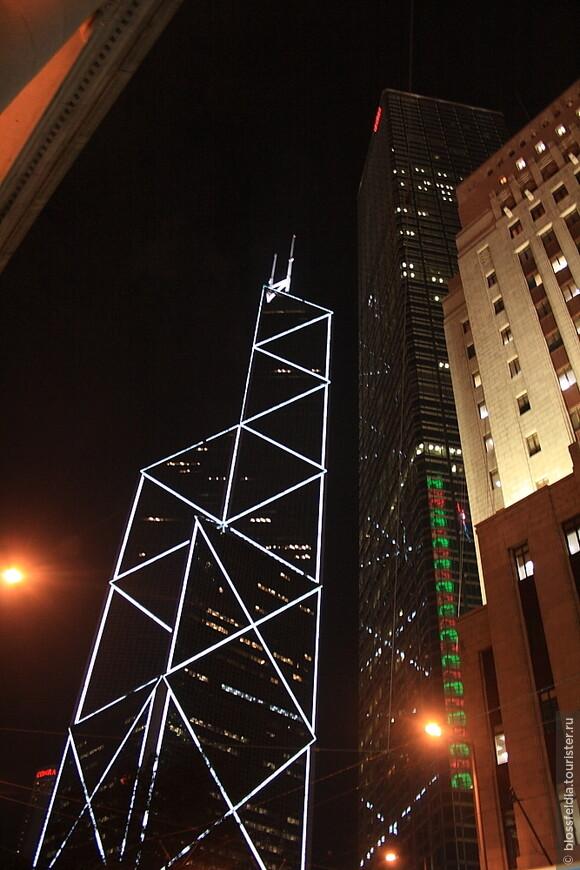 банк Китая. В это здание можно бесплатно поднятсья на 43 этаж, пофоткать виды.  Днем. А вечером хорошо ходить по бесконечным торговым центрам