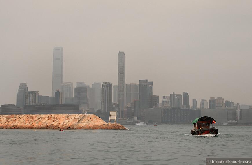 1 января, отоспавшись, поехали на остров Гонконг к Полуденной пушке. Но пришли пораньше...  В Азии вообще, и в частности в Гонконге, туристу не надо думать, чем занять свободное время. Сразу же приплыла лодка, и китаец, ее хозяин, пригласил 15 минут покататься по гавани, уверяя что к полудню вернемся.