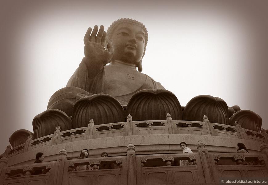 На следующий день опять поехали на Лантау, намереваясь глубоко исследовать остров. Но зависли у гигантской статуи Будды – одна из самых главных достопримечательностей, потом в монастыре, где была какая-то церемония, потом долго кушали вегетарианский обед в монастыре, наивно надеясь когда-нибудь его доесть…