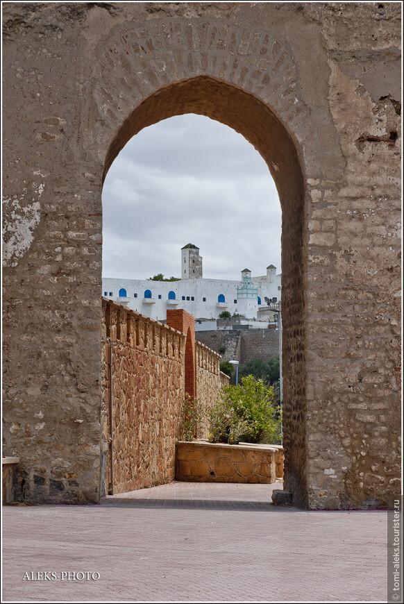 В стене, окружающей город, можно видеть вот такие проемы. Думаю, раньше здесь бы были глухие ворота... Сквозь арку видна португальская цитадель...