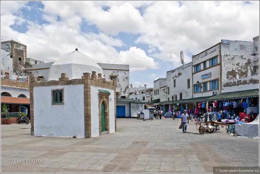 Улица протянулась от Главной мечети до ворот Баб-Шааба, где мы уже были и рассматривали разноцветную керамику.