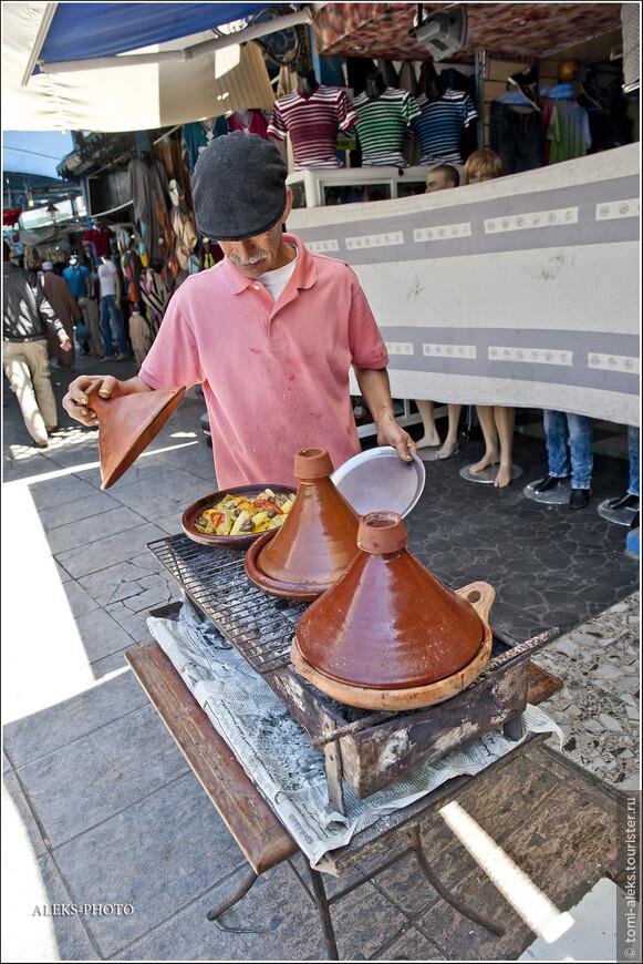 Таджин — главное блюдо Марокко и одновременно керамическая посуда, в которой готовится это блюдо из тушеных овощей с картошкой.