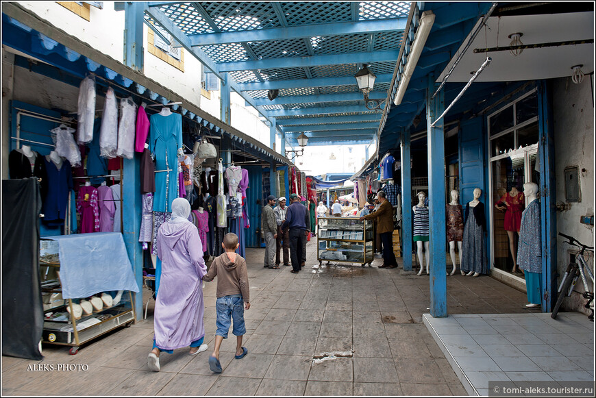 Над многими торговыми улочками в Марокко сделаны навесы, ведь солнце здесь греет нещадно.