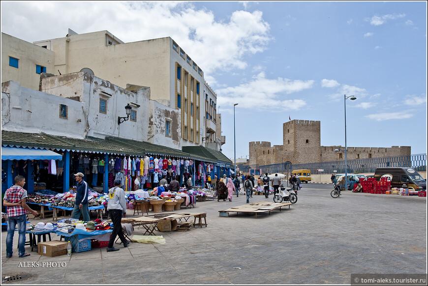 Впрочем, в Марокко торгуют всюду. Впереди крепость на обрыве, которой был посвящен отдельный рассказ...
