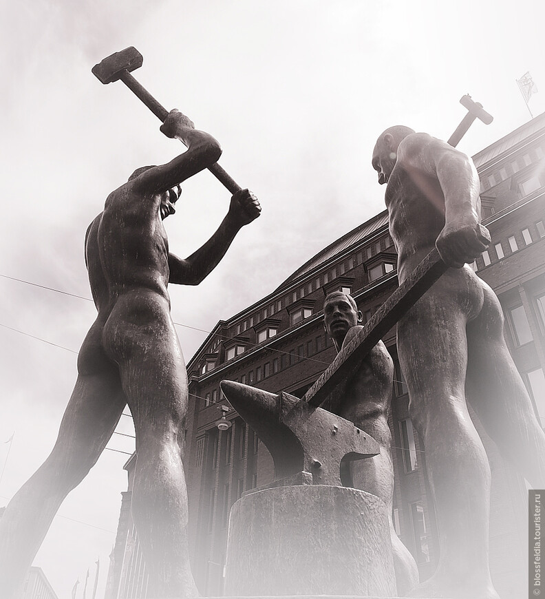 Знаменитые три кузнеца. В эту неделю проходил фестиваль секс меньшинств, поэтому три кузнеца символично стояли около Старого Дома студентов