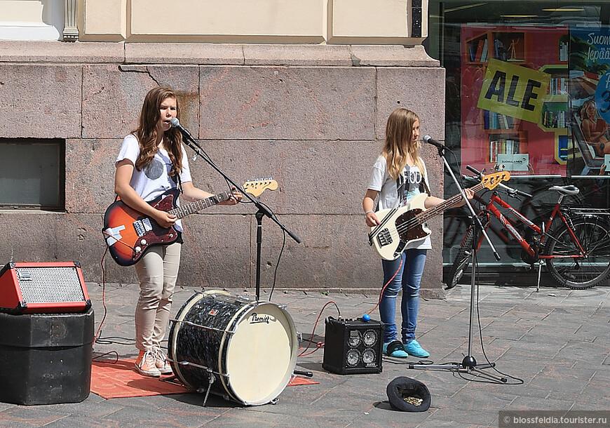 девочки очень хорошо пели англоязычные хиты. Заработали от меня 2 евро
