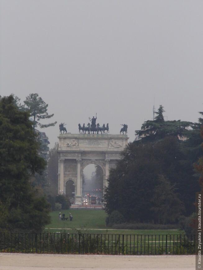 Вдали, в тумане, Триумфальная Арка.