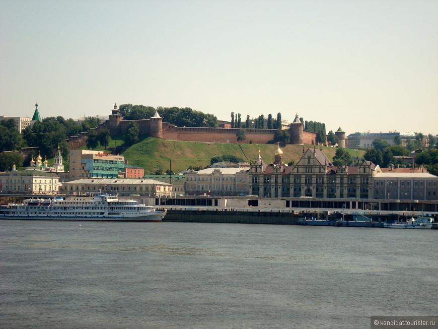 Да, это Нижний Новгород и половина пути. На берегу все, чем славен Нижний. Это и пристань со складами и торговыми рядами, где проходили знаменитые нижегородские ярмарки. Это и нижегородский кремль (1508-1515), с тринадцатью башнями  и площадью в 22,7 га . Сейчас там - все руководство области и города. При этом (вот они свобода и демократия) ежедневно с 6 утра до 22 вечера кремль открыт для посещения.