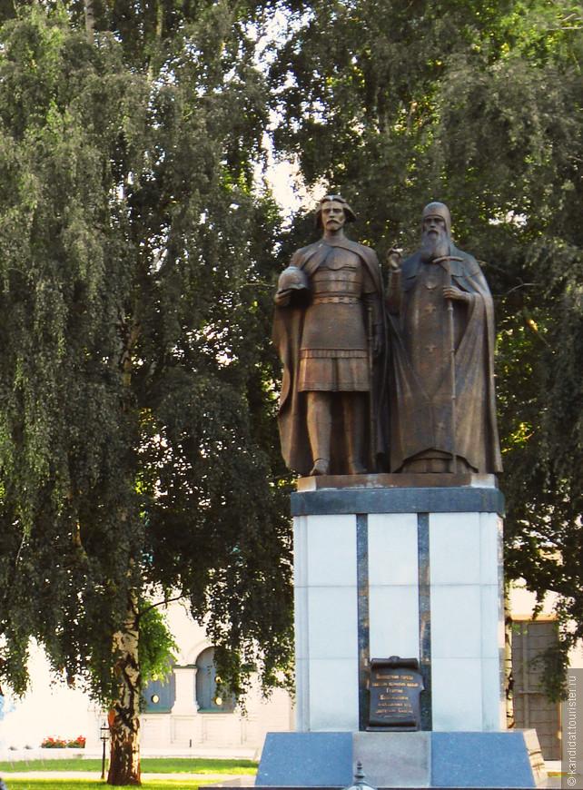 Внутри Кремля памятник основателям Н.Новгорода - князю Георгию Всеволодовичу (по другим источникам, он же  Юрий) и Святителю Симону Суздальскому).