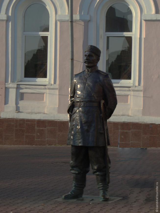 """А вот такие памятники стоят на """"нижегородском Арбате""""."""