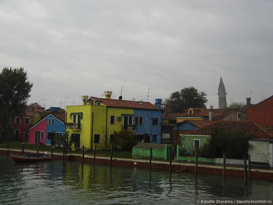 Все домики выкрашены в яркие цвета, хозяева не имеют права перекрашивать в другой цвет.