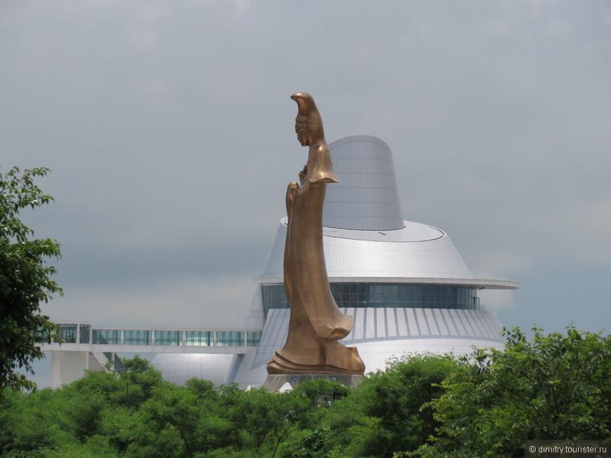 Та самая Аомынь, в честь которой и назван этот город. В китайском варианте, естественно.