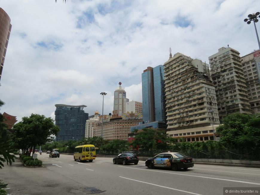 На улицах очень мало транспорта. В основном такси.
