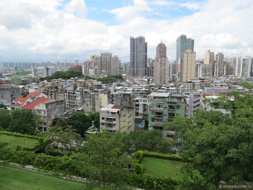 Вид на современный город с господствующей высоты.
