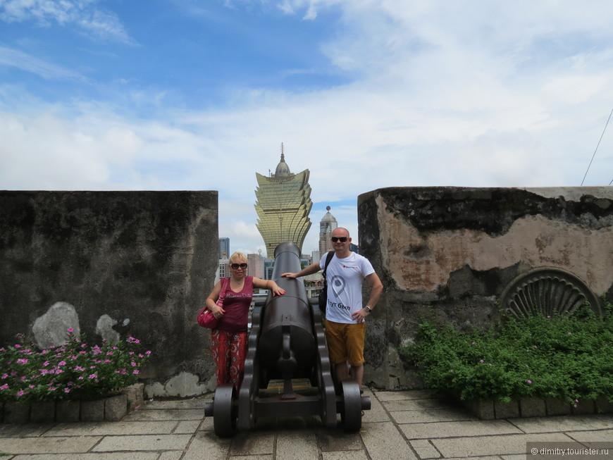 Такое фото есть у всех, кто посетил Макао. А я чем хуже? Это как на площади перед Пизанской башней, или на Черном море, держа солнце в руках.