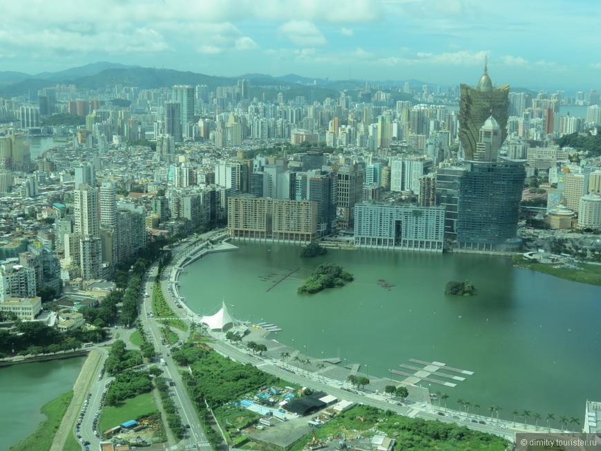 Вид на город с высоты телебашни. Ничего, что зеленый цвет. Просто стекло на смотровой площадке чуть ли не метровой толщины...