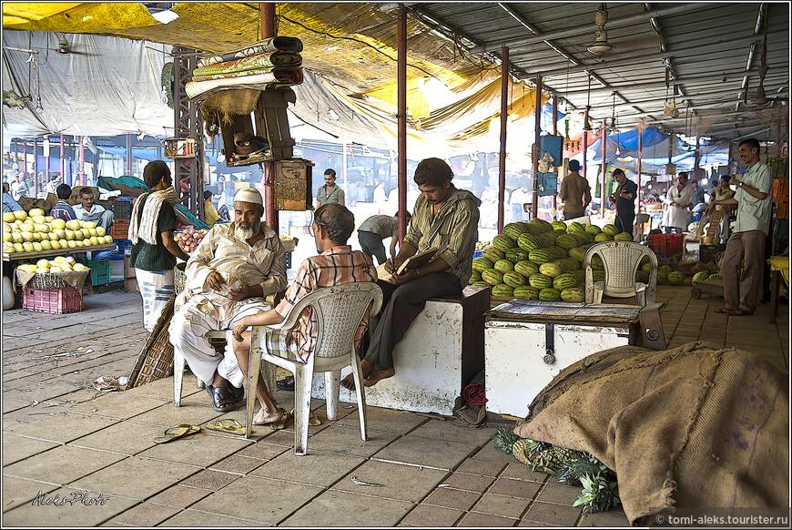 Сытый такой торговец с животиком, подсчитывает дневную выручку. Догадываюсь, что на этом рынке успешно торгуют жители мусульманского района Колаба. Они большие мастера торговать фруктами...
