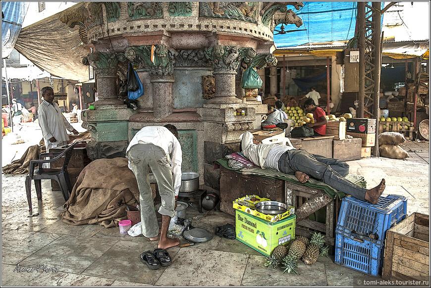 """Как это часто бывает на таких рынках, здесь на пересечении дорожек стояли вот такие """"фонтаны"""", вокруг которых разместились торговцы..."""