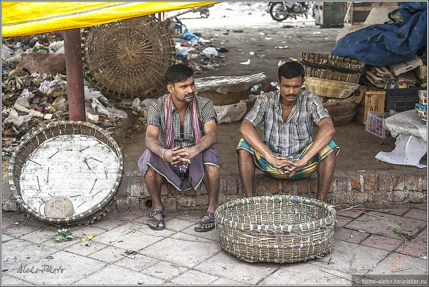 Нелегкий труд носильщиков. Мы прибыли на рынок в полдень, в то время, когда рабочие рынка уже отдыхали от трудов праведных в полуденной жаре...