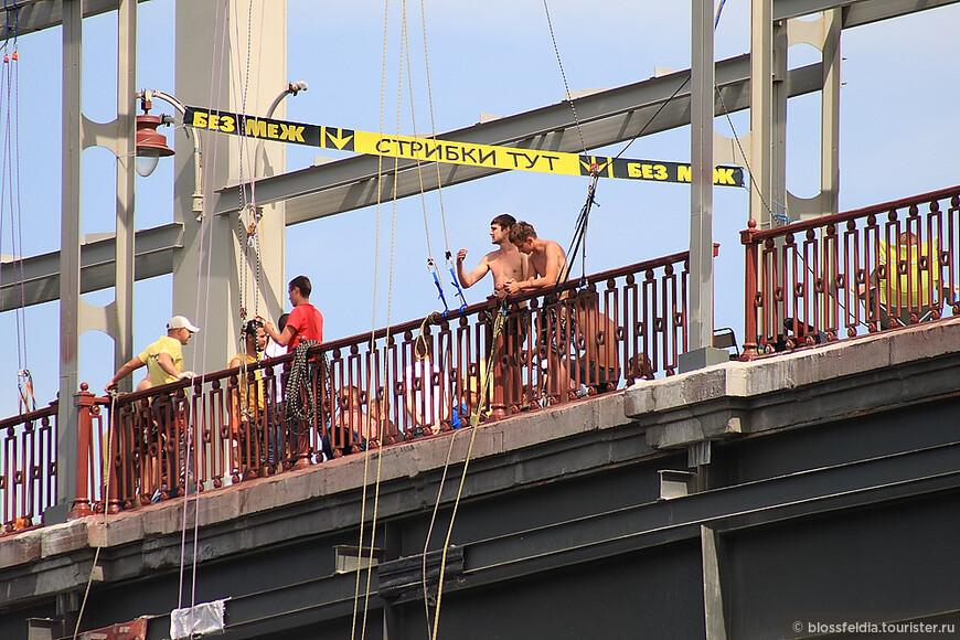Далее я пошла куда глаза глядят. Небольшая компания девушек целеустремленно куда-то шли, я шла незаметно сзади.. и они привели меня на пристань. Ну почему не поехать покататься по реке? На фото - прыгают с моста.
