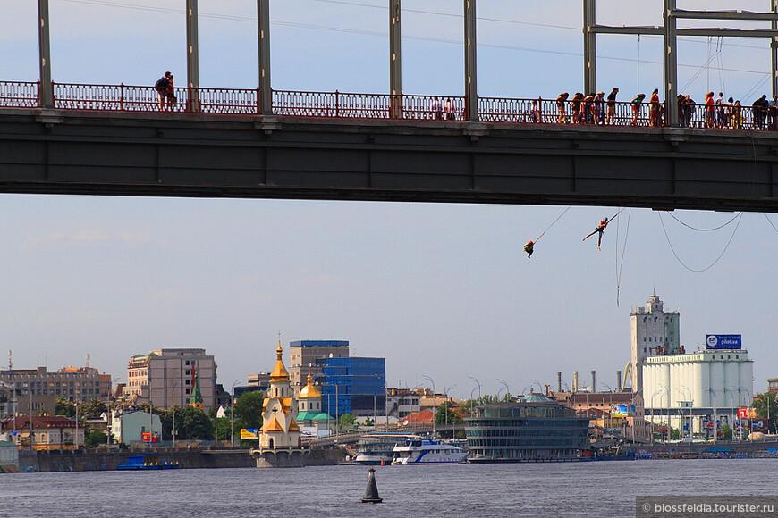 Прыгают с моста. Я не рискнула: боюсь воды.