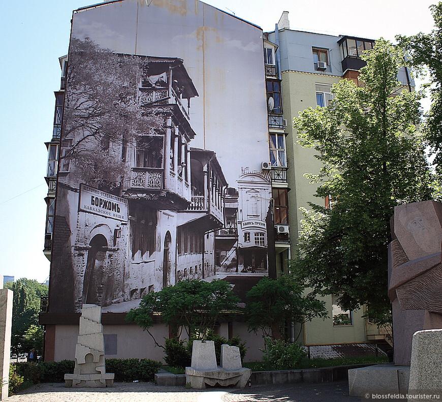 Приехала я в Киев в час ночи, нормально дошла от вокзала до хостела за 30 минут... И вот такая живопись иногда встречается на стенах домов