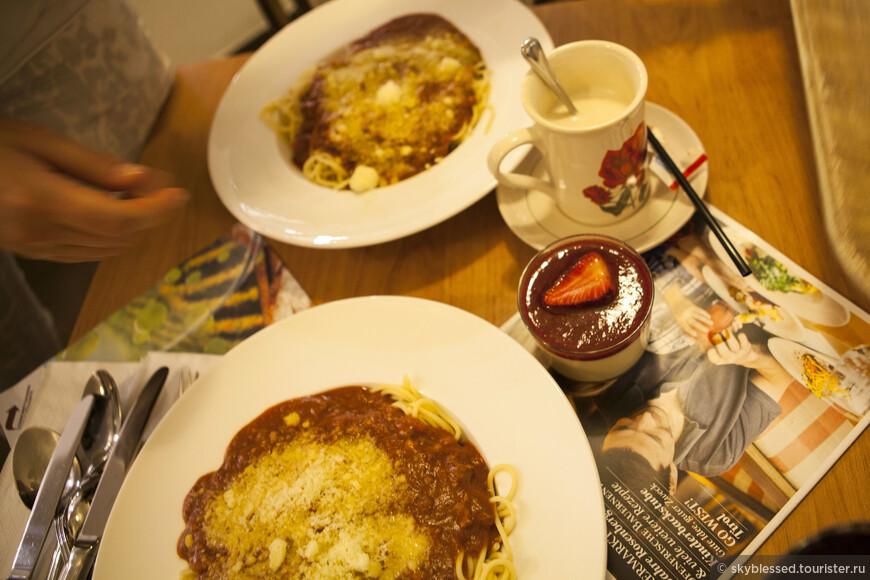 каждый, заказавший кофе «кайзер-меланж»кафе «Розенбергер» , получает в подарок керамическую кружку (она же на фото - белая кружка с красной розочкой)