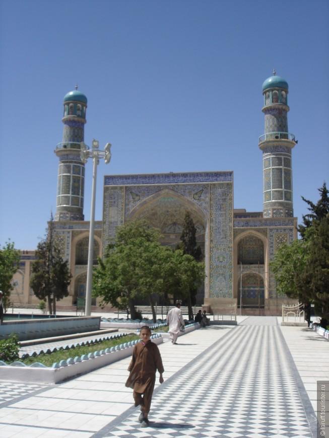 На расстоянии Пятничная мечеть сильно напоминает аналогичные памятники в Самарканде или Бухаре: так все вокруг нее аккуратно, чисто и ухожено, что кажется будто ты в Узбекистане, а не в стране, где только что закончилась гражданская война.