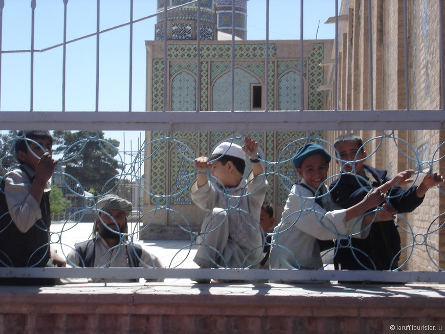 Афганские дети очень любят позировать перед фотокамерой. Помимо того, что любой иностранец НЕ в военной форме им в то время был в диковинку, так еще оказывается долгое время (при талибах) жителям страны было вообще запрещено фотографироваться.