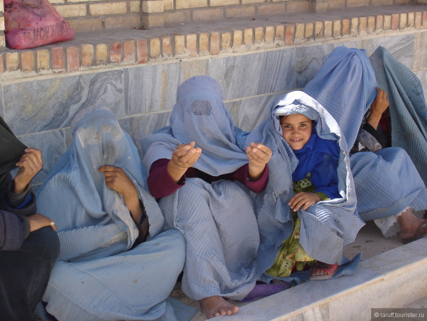 Афганские женщины во времена талибов были обязаны носить бурку, закрывающую все тело кроме кистей рук и стоп. Правительство, пришедшее к власти в 2001 году этот закон отменило, однако представительниц слабого пола в хиджабах все еще можно было пересчитать по пальцам. Притом на одной руке.