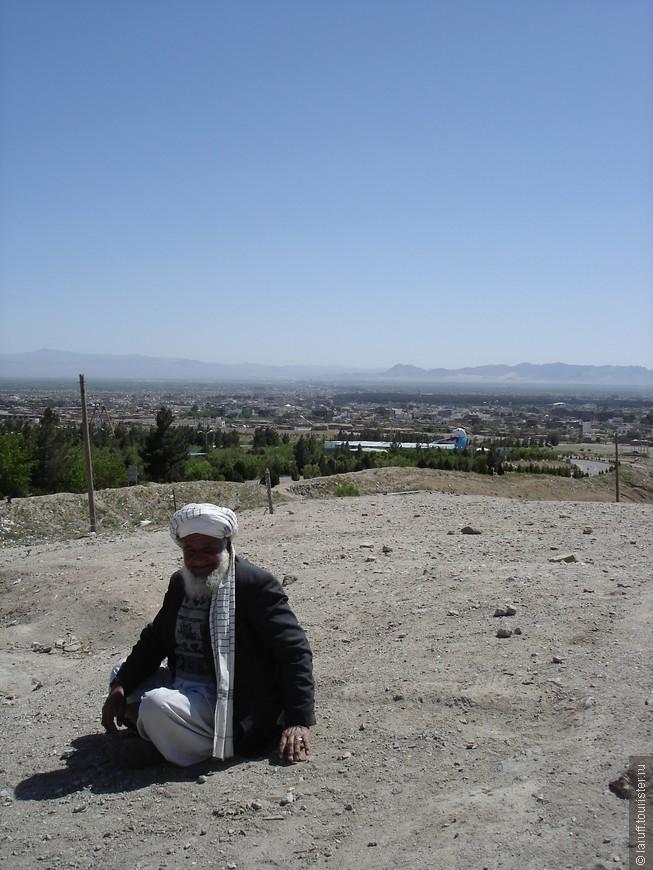 Типичный головной убор афганского мужчины - чалма, представляющая собой не очень широкий кусок материи длиной до 5 метров. В будни носят чалмы из простой хлопчатобумажной ткани больше темных тонов, а в праздники, к которым относится и пятница (на фото) - официальный выходной день во всех учреждениях Афганистана, надевают головной убор из тонкой шелковой материи белого цвета.