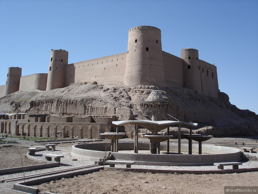Удивительно, но в 50-х годах XX века эта крепость была в планах по сносу неиспользуемых городских объектов и спасло ее только вмешательство ЮНЕСКО. Сейчас цитадель открыта для посещения, а внутри находится Национальный городской музей.