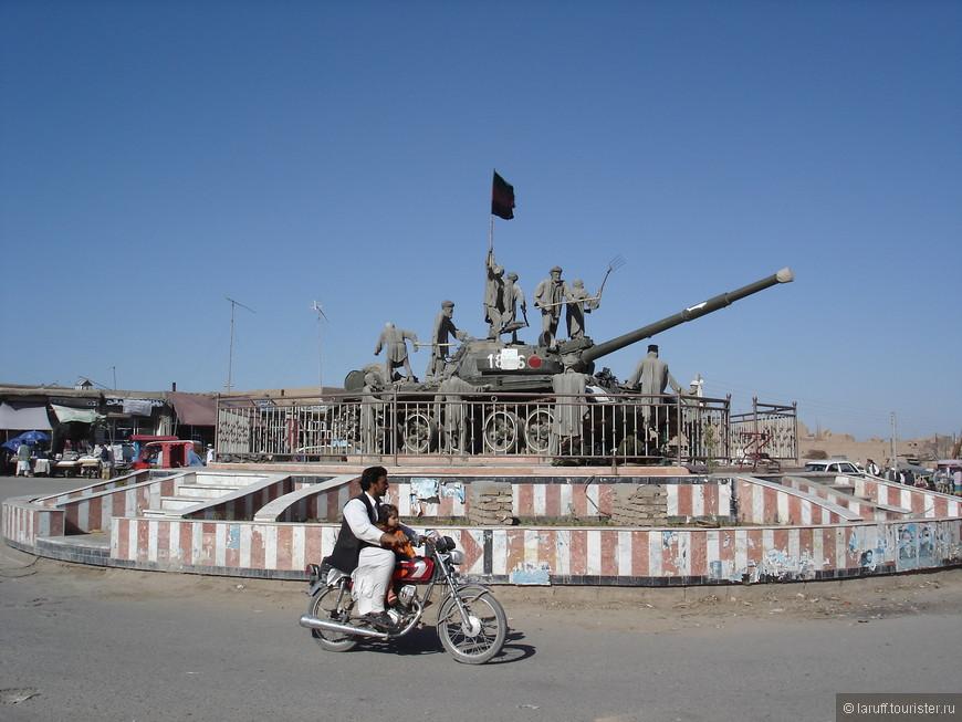 """Набор """"сделай сам"""") Все что нужно - подбитый советский танк, древко со сменным флагом, несколько моджахедов и много-много краски. Кстати о танках - под Кабулом расположено огромное поле, на котором ровными рядами стоит около двух сотен подбитых танков. В те времена у местных была идея открыть на том месте артиллерийский музей под открытым небом. Не знаю сложилось или нет."""