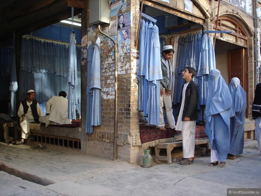 """Магазин женской моды в Кабуле. Поговаривают, что с приходом программы """"Модный приговор"""" на местное телевидение продажи классических бурок в столице Афганистана пошли на убыль)."""