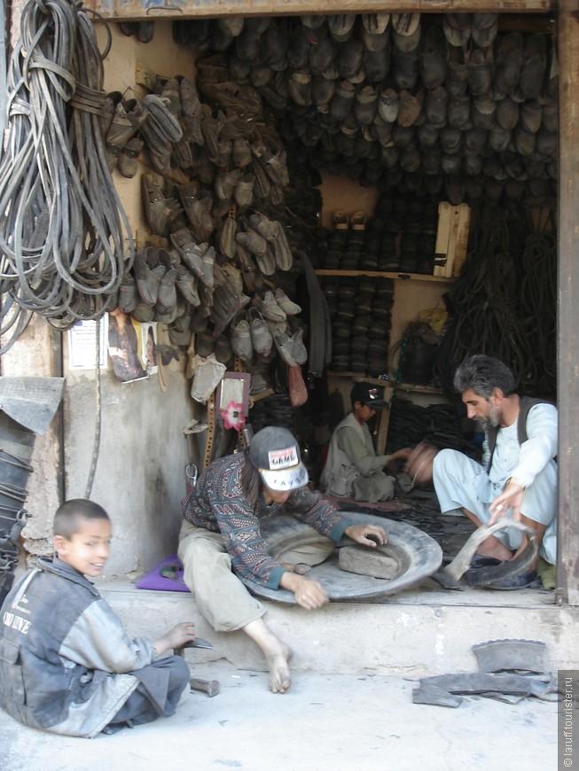 Афганский магазин Crocs. Обувь нарезается прямо при клиенте из использованных автопокрышек.