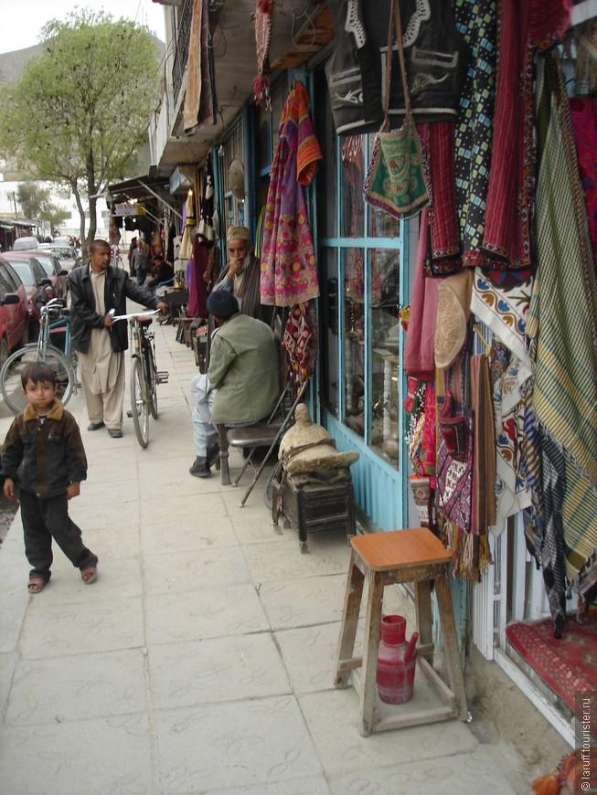 """Это единственная на тот момент """"туристическая"""" улица в афганской столице - Чикен стрит. Местные лавки в основном продают ковры, холодное оружие и антиквариат. Если покопаться основательно, можно найти очень интересные вещи."""