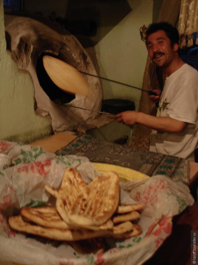 Так афганцы традиционно готовят хлеб. Лепешки с внутренней стороны прилепляются к стенкам печи и выходят наружу с поджаристой румяной корочкой. Очень вкусные.