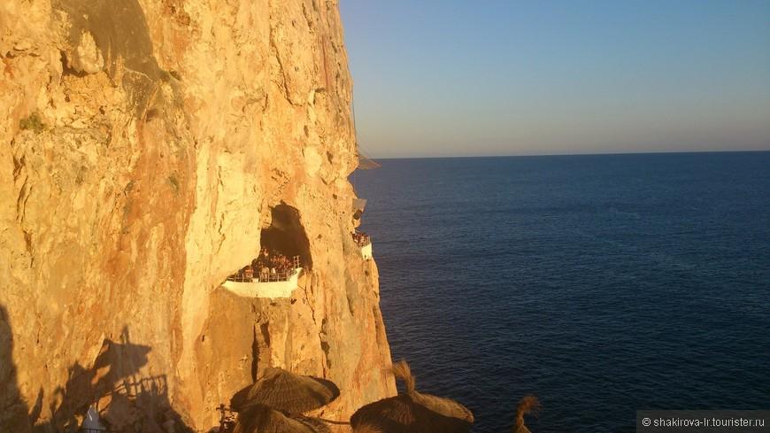 клуб в пещере.  посмотреть закат-12евро с человека