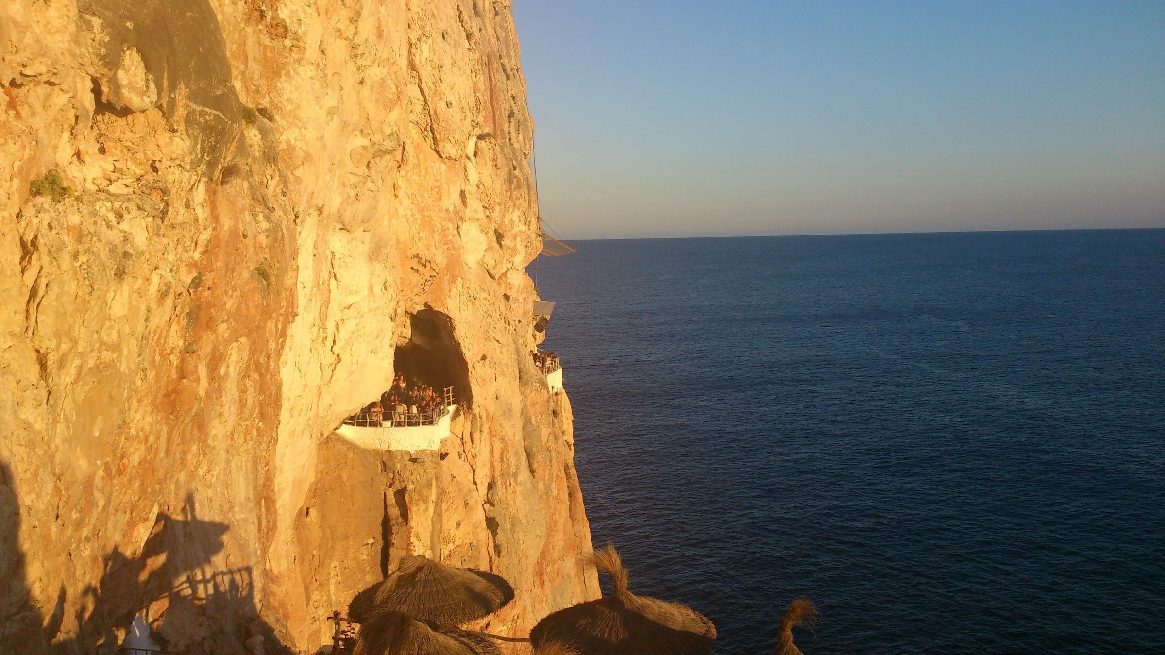 клуб в пещере.  посмотреть закат-12евро с человека, Менорка