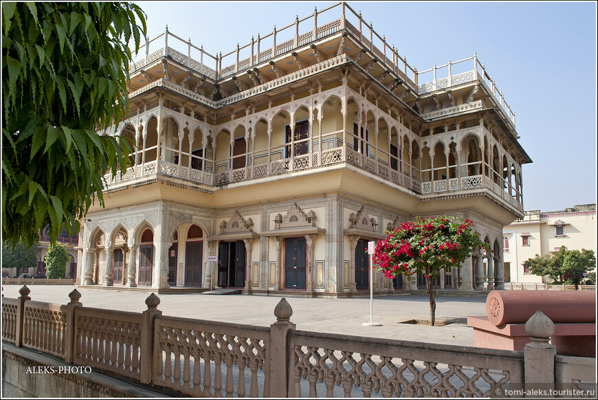 Он был создан специально для официальных приемов. Во внешнем облике этого дворца — сплошная эклектика — синтез элементов востока и запада.