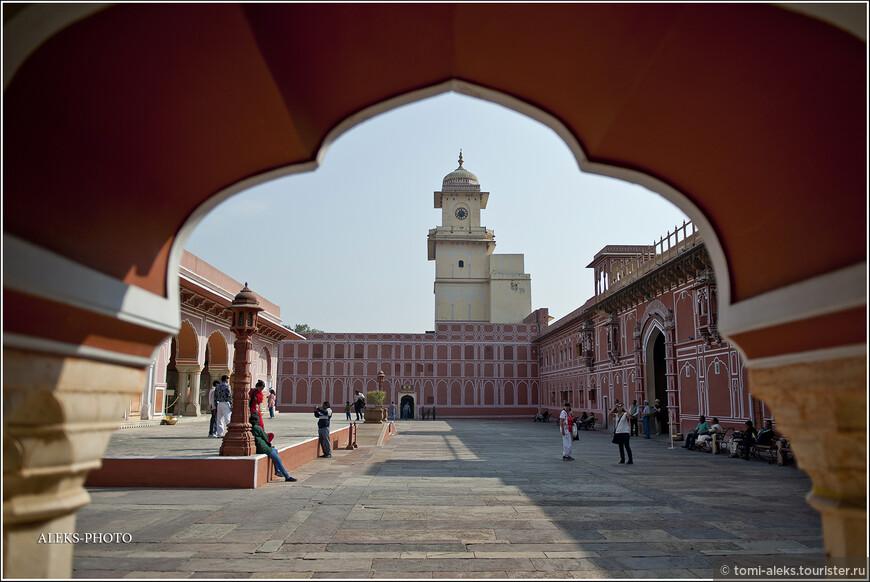 Такое ощущение, что все здания в Джайпуре — это тоже — крепости, столь любимые воинственными раджпутами. Во дворец можно попасть, пройдя сквозь несколько богато украшенных ворот со слонами по бокам.