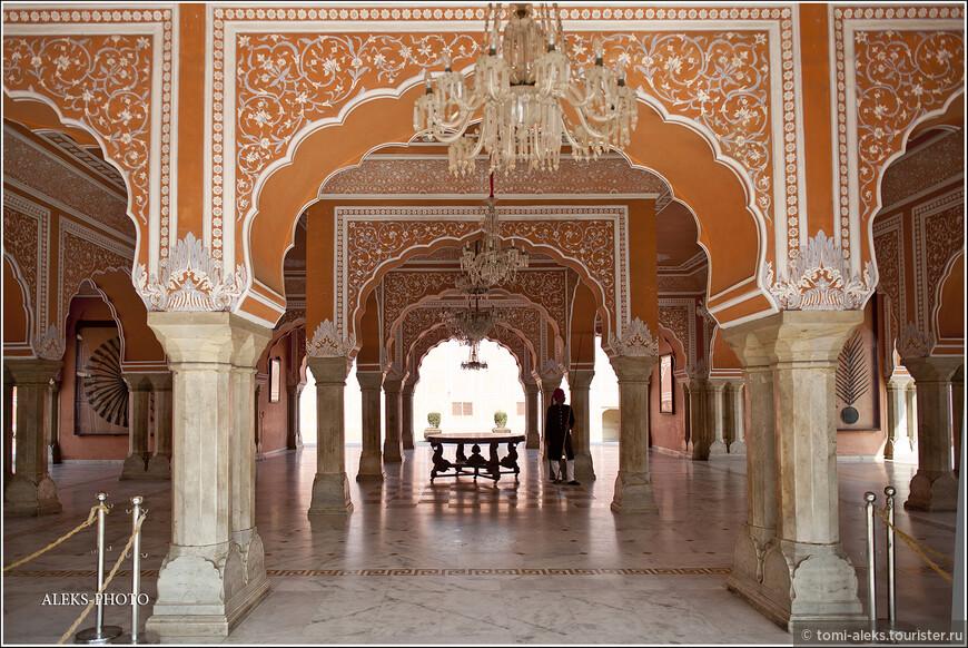 Не может не удивлять факт, что самый большой и любвеобильный правитель Джайпура весил четверть тонны и имел обхват груди — метр двадцать! У него было больше сотни жен!