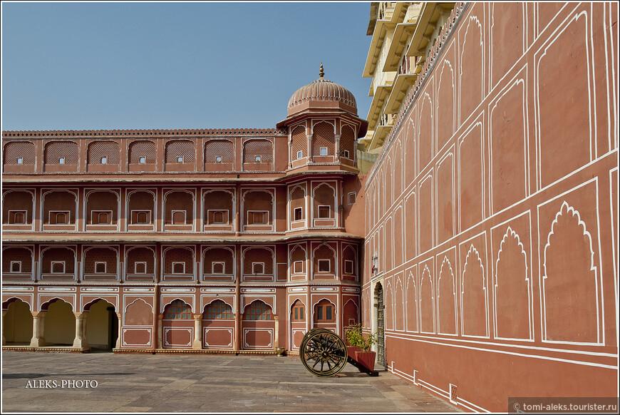 """зачастую многие дворцы Раджастана выглядят, как крепости. Чаще всего здесь в отделке зданий можно увидеть красно-розовый цвет, почему город и прозван """"розовым""""..."""