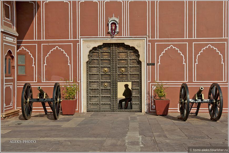 Со всех сторон дворец стерегут охранники, которые, тем не менее, не прочь побить баклуши. У них, к примеру, на посту можно играть со своим сотовым...