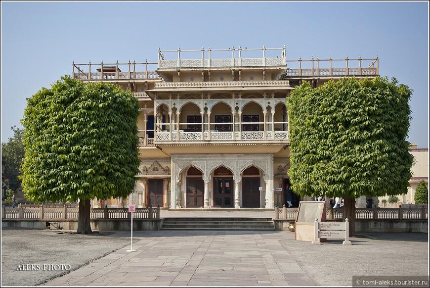 На главной площади красуется Мубарак Махал (Дворец благоприятного)