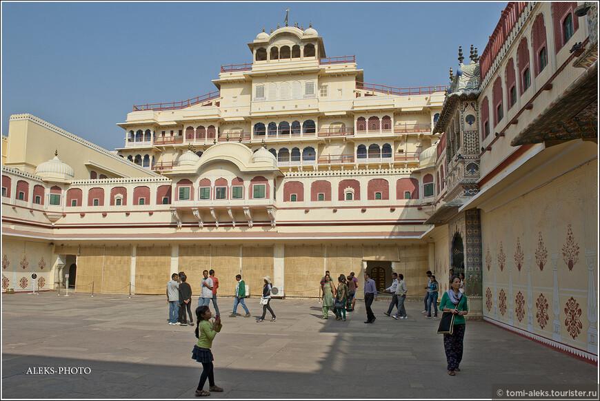 Если честно, я не очень люблю дворцы, где толстые раджи тискали своих наложниц. Жизнь простых индийцев мне намного больше по душе.