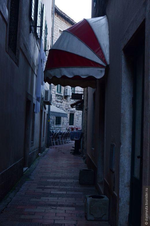 Восхитительные средневековые улочки, по которым так приятно ранним утром пройтись неспеша до булочной (что на площади Оружия), которая начинает работать в 7 утра и где продают горячие булочки, круассаны и пончики. Тишина, красота и запах горячей выпечки...