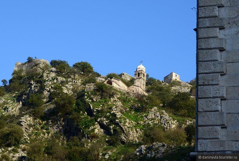 Прямо из города видны укрепления и (в данном случае) - Церковь Пресвятой Девы.