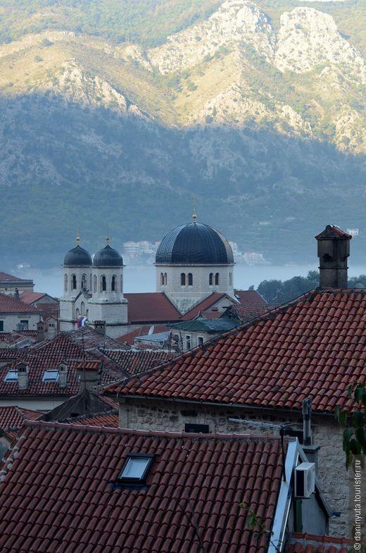Черепичные красные крыши Котора. Настоящий старинный город. Даже антенны и кондиционеры не мешают этому ощущению.